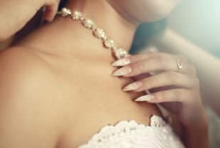 Витражный френч, красивый свадебный маникюр с рисунком на нарощенных ногтях