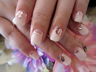Пастельный маникюр, нежный свадебный маникюр с блестками и цветами