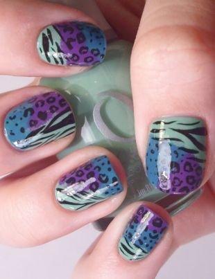 Рисунки на ногтях для начинающих, оригинальный пятнисто-полосатый маникюр в голубо-фиолетовой гамме