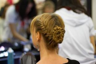 Русо рыжий цвет волос на длинные волосы, прическа с косами для особого случая