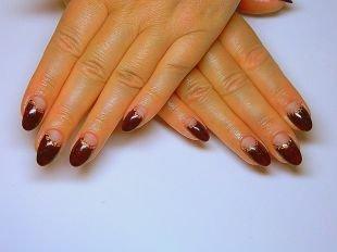 Дизайн гелевых ногтей, бордовый лунный маникюр с золотой каемкой