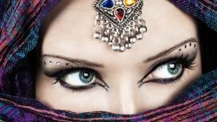 Арабский макияж для серых глаз, восточный макияж со стразами