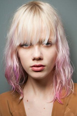 Платиновый цвет волос на средние волосы, белые волосы с розовыми прядями