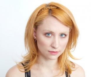 Цвет волос медовый блонд, простая прическа на средние волосы с накладной косичкой