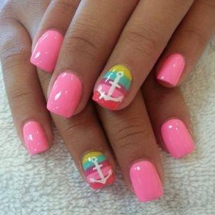 Розовый маникюр, глянцевый розовый маникюр с белыми якорями