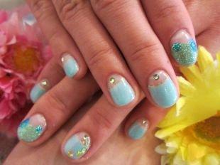 Летний маникюр на коротких ногтях, голубой лунный маникюр с камнями