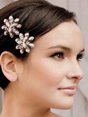 Прически с цветами, милая свадебная прическа на короткие волосы
