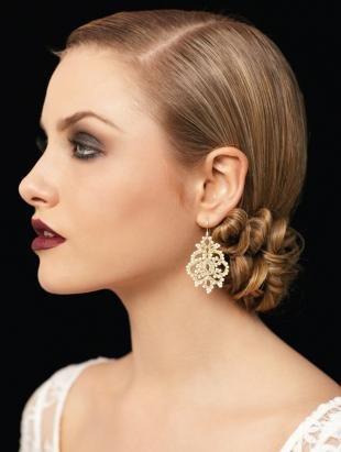 Цвет волос темный блондин, стильная свадебная прическа