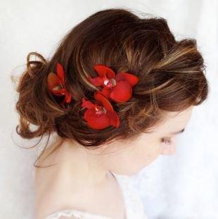 Коричнево рыжий цвет волос на средние волосы, прическа на новый год, украшенная красными цветами