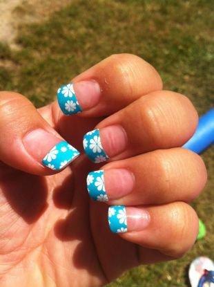 Рисунки ромашек на ногтях, шеллак голубой френч с цветами