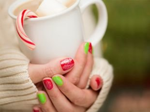 Маникюр на очень коротких ногтях, красно-зеленый маникюр по фен-шуй