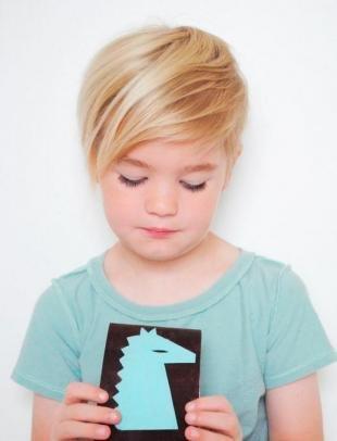 Цвет волос теплый блонд, модная детская стрижка для девочки