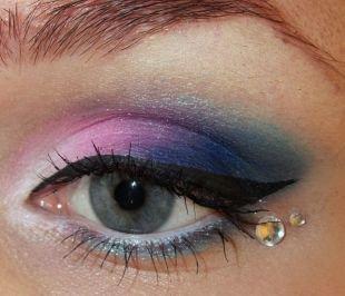 Макияж на Новый год, макияж для серо-голубых глаз с розово-синими тенями и камнями