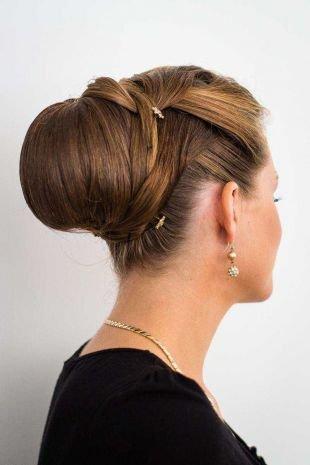 Коньячный цвет волос на средние волосы, изящная прическа бабетта на длинные волосы