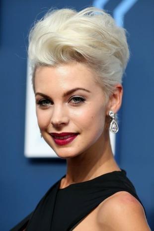 Цвет волос перламутровый блондин, роскошная вечерняя прическа на короткие волосы