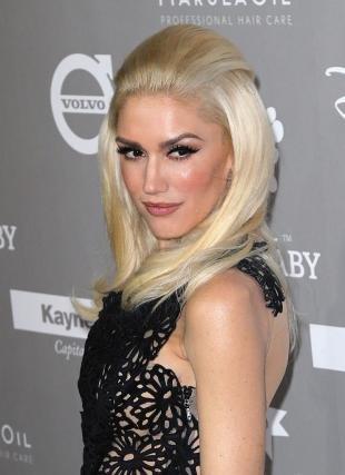 Цвет волос перламутровый блондин, распущенные волосы с объемной макушкой