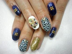 Маникюр акрилом, модный дизайн нарощенных ногтей с декором и тигровым принтом