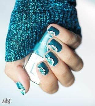 Интересные рисунки на ногтях, яркий бирюзовый маникюр с рисунком цветка