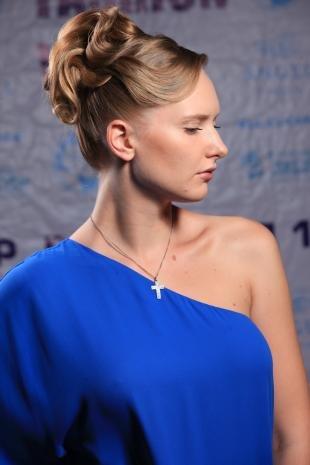 Цвет волос капучино на длинные волосы, прическа высокий пучок с элегантными локонами