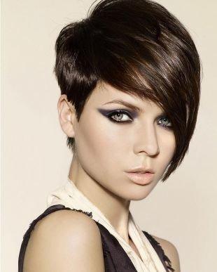 Цвет волос темный каштан, стильная асимметричная стрижка