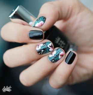 Интересные рисунки на ногтях, темный маникюр с цветами по фен-шуй на коротких ногтях
