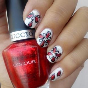 Красно-белый маникюр, легкие узоры на ногтях