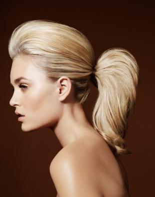 Цвет волос песочный блондин, прическа на средние волосы - низкий хвост с начесом